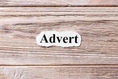Ogłoszenie słowo na papierze Pojęcie Słowa ogłoszenie na drewnianym tle zdjęcie stock