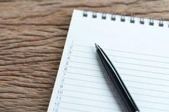 Ogłoszenie towarzyskie robić listom lub pracie, zadanie priorytetu pojęcie, zamykający up fotografia royalty free
