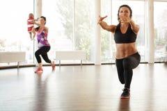 Ogłoszenie towarzyskie trener z pięknym ciało seansem ćwiczy obraz stock