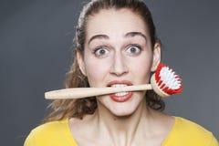 Ogłuszona 20s dziewczyna namiętna o domycie naczyniach i czyści do domu Zdjęcie Stock