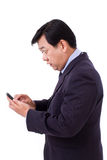 Ogłuszona, szokująca biznesmen odbiorcza zła wiadomość przez smartphone, Fotografia Stock