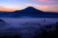 Og en salida del sol de la mañana en Khao Takhian Ngo View Point en Khao-kho foto de archivo