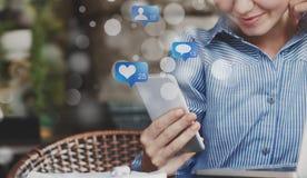 Og?lnospo?eczne ikony Kobieta używa ogólnospołecznych środki na smartphone ilustracji