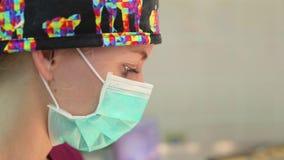 Ogen van een aardige jonge vrouwelijke chirurg stock videobeelden