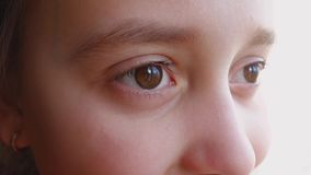 Ogen van een klein meisje die, close-up weg kijken stock footage