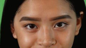 Ogen van een mooie Aziatische vrouw die aan de camera kijken stock footage