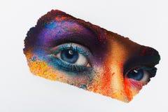 Ogen van model met kleurrijke kunstsamenstelling, close-up stock afbeelding