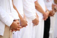 ogenblik van stil voor het uitdrukken van de deelneming voor het respecteren van verloren van liefde tijdens het rouwen ceremonie royalty-vrije stock foto's