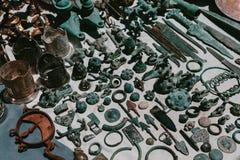 oggetti antichi del metallo Mercato delle pulci Vernissage Yerevan, Armenia fotografia stock libera da diritti