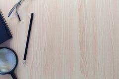 Oggetti business delle matite, della nota di carta, della lente d'ingrandimento e del gla Fotografie Stock
