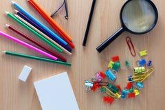 Oggetti business delle matite variopinte, nota del Libro Bianco, d'ingrandimento Fotografie Stock Libere da Diritti