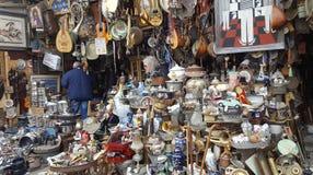 Oggetti d'antiquariato da vendere al mercato delle pulci famoso su Atene, Grecia fotografia stock libera da diritti