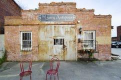 Oggetti d'antiquariato della livrea, Fayetteville NC 23 marzo 2012: un deposito di oggetti d'antiquariato prominente e popolare fotografia stock libera da diritti