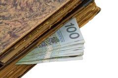 Oggetti d'antiquariato, libri e soldi Fotografia Stock Libera da Diritti