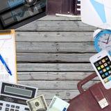Oggetti dell'ufficio, pc della compressa e smartphone trovantesi sopra Fotografia Stock Libera da Diritti