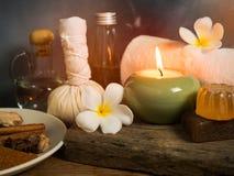 Oggetti di massaggio della stazione termale nel lume di candela fotografie stock