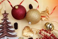 Oggetti di Natale, albero delle palle e ribon su fondo dorato Immagini Stock