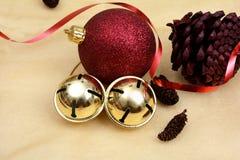 Oggetti di Natale, palle del pino e ribon su fondo dorato Fotografia Stock