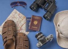 Oggetti di vacanza di viaggio su un fondo Fotografia Stock