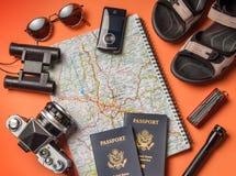 Oggetti di vacanza di viaggio su un fondo Fotografia Stock Libera da Diritti