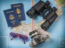 Oggetti di vacanza di viaggio su un fondo Immagine Stock