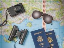 Oggetti di vacanza di viaggio su un fondo Immagine Stock Libera da Diritti