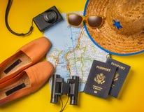 Oggetti di vacanza di viaggio su un fondo Immagini Stock
