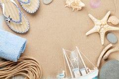 Oggetti di vacanza e di viaggio su sabbia di mare Fotografia Stock