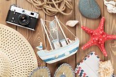 Oggetti di vacanza e di viaggio sulla tavola di legno Fotografia Stock
