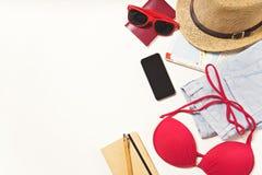 Oggetti di vacanza e di viaggio sulla tavola Disposizione piana Immagini Stock