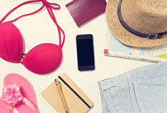 Oggetti di vacanza e di viaggio sulla tavola Disposizione piana Immagine Stock