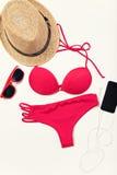 Oggetti di vacanza e di viaggio sulla tavola Disposizione piana Fotografia Stock