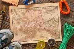 Oggetti di viaggio per l'escursione sopra il fondo di legno Immagini Stock Libere da Diritti