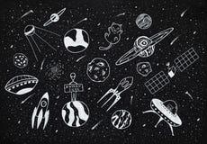 Oggetti disegnati a mano dello spazio cosmico sopra fondo nero illustrazione di stock