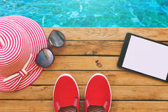 Oggetti essenziali di vacanza di vacanza estiva sulla piattaforma di legno Vista da sopra Fotografia Stock
