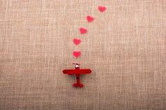 Oggetti a forma di cuore prima di un aeroplano Fotografia Stock Libera da Diritti