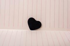 Oggetti a forma di del cuore su carta allineata Immagini Stock Libere da Diritti