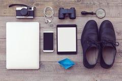 Oggetti moderni e retro organizzati sulla tavola di legno Elementi essenziali di avventura per l'uomo Fotografia Stock