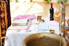 Oggetti per battezzare cerimonia sulla tavola in chiesa. fotografia stock libera da diritti