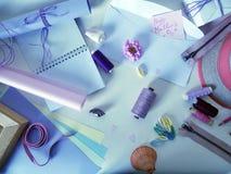 Oggetti per creatività fatta a mano in tavolozza lilla su un fondo leggero Fotografia Stock
