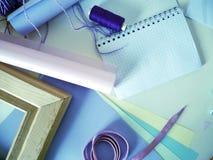 Oggetti per creatività fatta a mano in tavolozza lilla su un fondo leggero Immagini Stock Libere da Diritti