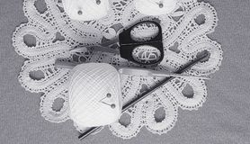 Oggetti per cucire Forbici e perni Filo delle matasse sulla stuoia perni Immagini Stock Libere da Diritti