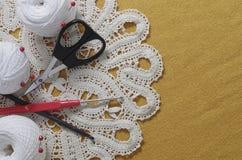 Oggetti per cucire Forbici e perni Filo delle matasse sulla stuoia perni Fotografia Stock Libera da Diritti