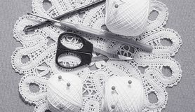 Oggetti per cucire Forbici e perni Filo delle matasse sulla stuoia perni Fotografie Stock Libere da Diritti
