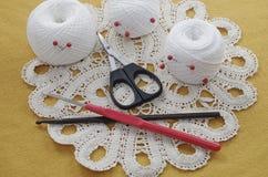 Oggetti per cucire Forbici e perni Filo delle matasse sulla stuoia perni Immagine Stock Libera da Diritti