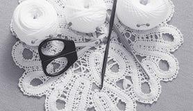 Oggetti per cucire Forbici e perni Filo delle matasse sulla stuoia perni Fotografie Stock
