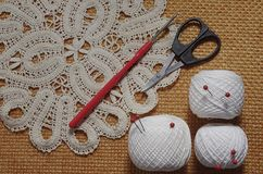Oggetti per cucire Forbici e perni Filo delle matasse sulla stuoia perni Immagini Stock