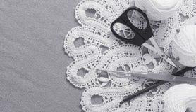 Oggetti per cucire Forbici e perni Filo delle matasse sulla stuoia perni Fotografia Stock