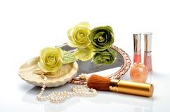 Oggetti per i cosmetici decorativi, il trucco, lo specchio ed i fiori Fotografia Stock Libera da Diritti