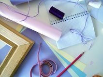 Oggetti per il cucito e la decorazione del regalo, toni pastelli della carta colorata per lavoro manuale Fotografie Stock